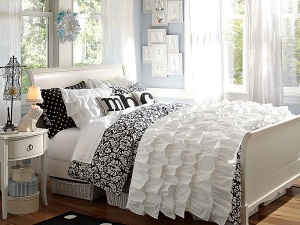 Black-and-white-floral-damask-bedding
